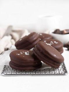 Homemade Choco Pie aka Moon Pie - Catherine Zhang Chocolate Shells, Chocolate Drip, Chocolate Coating, Choco Pie, Chocolate Chip Cookies, Cannoli Cupcake, How To Make Marshmallows, Moon Pies, Sweet Tarts