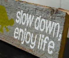 "Pancarte ""Slow down, enjoy life""  vieille planche"