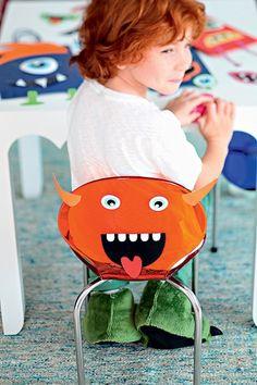 """O encosto da cadeira ganhou uma careta. Na festa de criança, até os pequenos podem fazer a """"arte"""""""