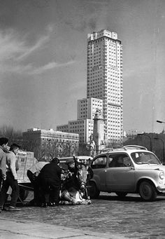 torre de madrid (1963) Foto Madrid, Great Photographers, Old Pictures, Black And White Photography, Tourism, San, Places, Travel, Madrid Espana