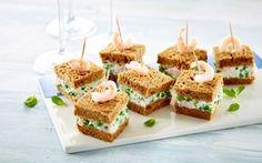 De små sandwich laves i god tid og serveres som appetizer, eftermiddagssnack eller som en del af et buffetbord.