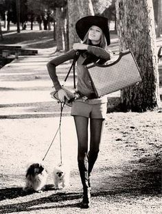It's VERUSCHKA! Veruschka in Valentino boots walking her dogs in the Borghese Gardens Moda Fashion, 70s Fashion, Fashion History, Trendy Fashion, Beach Fashion, Disco Fashion, Gucci Fashion, School Fashion, Cheap Fashion