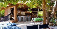 """[FINALISTA] Prêmio Casa Claudia Design de Interiores 2015 - categoria """"Decoração na Praia"""": DB Arquitetura. O projeto priorizou áreas de lazer amplas e confortáveis a exemplo da varanda gourmet"""