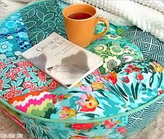 Round Patchwork Floor Cushion with Tufting and Piping Fun Diy Crafts, Diy Craft Projects, Sewing Projects, Craft Ideas, Piping Tutorial, Pillow Tutorial, Round Chair Cushions, Floor Cushions, Sewing Pillows