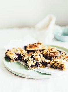 Tærter baseret på smuldredej er ofte en ting, jeg laver, når der kommer gæster – det er rigtig nemt, og kræver ikke specielt mange ingredienserne. Jeg har lavet en version, hvor tærten er lavet om til små barer – de smager dejligt og er nemme at medbringe fx på en picnic eller i madpakken. Opskriften …
