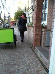 Una silla de ruedas no puede pasar por ese espacio...pensar al estacionar...