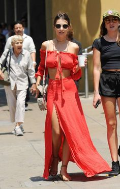 Emily Ratajkowski in Red Dress Look Fashion, Girl Fashion, Fashion Show, Womens Fashion, Fashion Design, Chic Outfits, Summer Outfits, Fashion Outfits, Summer Dresses