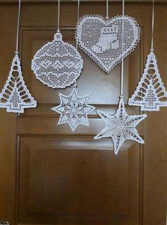 Best 12 zawieszki do okna – SkillOfKing.Com - Her Crochet Crochet Tree, Crochet Stars, Thread Crochet, Filet Crochet, Crochet Gifts, Crochet Motif, Crochet Christmas Decorations, Crochet Christmas Ornaments, Christmas Crochet Patterns