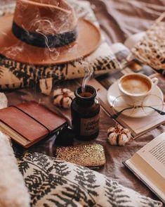Cozy Aesthetic, Autumn Aesthetic, Photo Harry Potter, Fall Inspiration, Autumn Cozy, Autumn Feeling, Autumn Photography, Coffee Photography, Coffee And Books