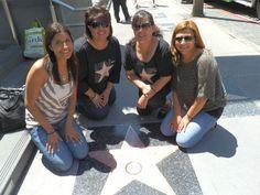 Fans de Pepe, posan con la estrella de Pepe en el Paseo de las Estrellas de Hollywood!