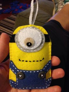 Felt minion - maak vir 'n selfoon sakkie. Felt Diy, Felt Crafts, Fabric Crafts, Sewing Crafts, Diy Crafts, Felt Christmas Ornaments, Christmas Crafts, Xmas, Minion Craft