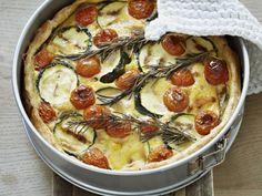 Gemüsequiche mit Champignons, Zucchini und Cherrytomaten ist ein Rezept mit frischen Zutaten aus der Kategorie Quiche. Probieren Sie dieses und weitere Rezepte von EAT SMARTER!