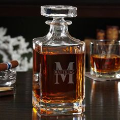 An elegant bar setting shouldn t have to be difficult to obtain, and it isnt with our elegant Oakmont custom whiskey decanter.
