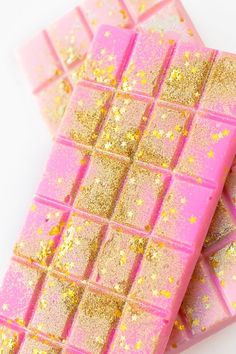 Edible Glitter Chocolate Bars (+ A Guide to Actual Edible Glitter) - Studio DIY, Baking de Chocolates Chocolates aesthetic bars bouquet box brown hair brownies cake candy chip cookies cupcakes day decorations design desserts dibujo fondos frases Homemade Chocolate Bars, Dairy Milk Chocolate, Pink Chocolate, Valentine Chocolate, Chocolate Bark, Chocolate Gifts, Chocolate Tumblr, Chocolate Videos, Chocolate Quotes