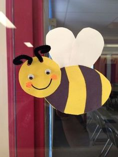 This page has a lot of free Bee craft idea for kids,parents and preschool teachers. Bee Crafts For Kids, Spring Crafts For Kids, Spring Projects, Toddler Crafts, Art For Kids, Insect Crafts, Bug Crafts, Daycare Crafts, Bee Activities