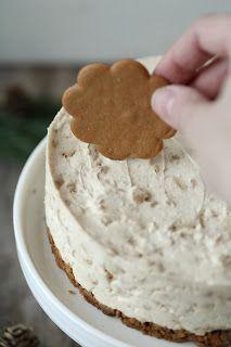 Tein vähän aikaa sitten Oreo-kekseistä liivatteettoman juustokakun. Se oli niin älyttömän helppo ja nopea (ja toki myös herkullinen), että päähäni jäi pyörimään samantapaisen kakun tekeminen piparkakuista. Kovin montaa hetkeä en ehtinyt tätä helppoa herkkua miettimään, vaan pitihän se päästä toteuttamaan, pienin muutoksin Oreokakkuun verrattuna. Ei muuten yhtään huonompi kakku tämäkään, vaan kakku tuli todella nopsaan … Xmas Desserts, Christmas Sweets, Christmas Baking, Christmas Foods, Raw Food Recipes, Sweet Recipes, Dessert Recipes, Cooking Recipes, Yummy Cakes