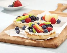 Good 'n healthy Fruit Pizza: Kids love to make (and eat) this healthy and tasty snack. Healthy Sweet Treats, Healthy Fruits, Healthy Desserts, Healthy Dinner Recipes, Healthy Life, Fruit Pizza Bar, Pillsbury Recipes, Cookies For Kids, Sugar Cookies Recipe