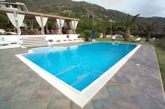 Bordo a sfioro piscina: Piscina in stile in stile Moderno di Cavallari Piscine