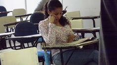 Candidata revisa o conteúdo antes da prova começar.