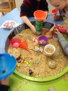 Farm sensory play activity for preschoolers sensory play act Sensory Activities, Sensory Play, Preschool Activities, Reggio Emilia, Preschool Classroom, Classroom Activities, Reggio Children, Material Didático, Sensory Boxes