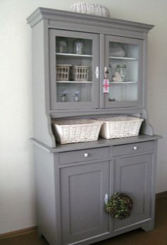 Brocante buffetkast in riviera grijs. Hand Painted Furniture, My Furniture, Repurposed Furniture, Furniture Makeover, Upcycled Kitchen Cabinets, Kitchen Dresser, Shabby Chic Stil, Shabby Chic Homes, Vaisseliers Vintage