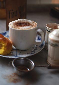 Tomtelatte på mitt sätt - Tomte au lait - Helena Lyth Smoothie Drinks, Smoothies, All The Small Things, Fika, Espresso, Tableware, Advent, Velvet, Smoothie