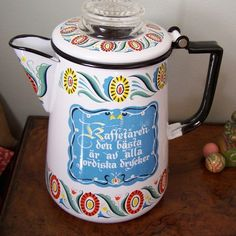 Swedish Folk Art Design Enameled Coffee Percolator: morning coffee would be sweeter from this - this was our coffee (kaffe) pot growing up! Swedish Style, Swedish Design, Swedish Cottage, Nordic Lights, Scandinavian Folk Art, Swedish Christmas, Cafetiere, Swedish Recipes, Shabby