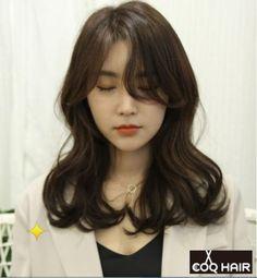 고급스러우면서 청순한헤어-중간머리 글램펌-중간머리파마 S컬-웨이브펌 :Q) : 네이버 블로그 Medium Hair Cuts, Medium Hair Styles, Curly Hair Styles, Permed Hairstyles, Pretty Hairstyles, How To Curl Short Hair, Aesthetic Hair, Asian Hair, Hair Affair