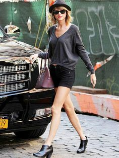 Star Tracks: Monday, October 6, 2014 | GAM-OROUS GAL | Long legs, short skirt – it's a winning combination for PEOPLE's Best Dressed star Taylor Swift, who looks relaxed Friday during an afternoon walk in New York City's Tribeca neighborhood.