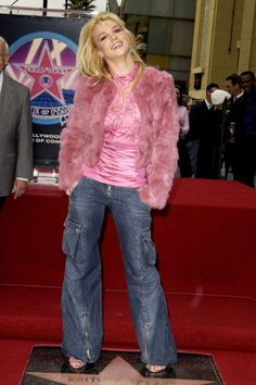 Britney Spears consecrating her star on the Walk of Fame in the early rocking a very chic outfit for the time. Note the cargo-esque flare leg low rise jens and pink fur. Outfit Essentials, Linda Evangelista, Hip Hop, Today's Fashion Trends, Fashion 2018, Fashion Dresses, Fall Fashion, Womens Fashion, Fashion Photo