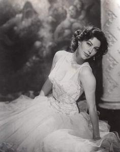The feisty Ava Gardner Old Hollywood Stars, Old Hollywood Glamour, Golden Age Of Hollywood, Vintage Hollywood, Classic Hollywood, Vintage Glamour, Vintage Beauty, Vintage Soul, Hollywood Icons