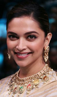 Hairstyles Indian Saree Deepika Padukone 27 New Ideas Deepika Padukone Saree, Deepika Padukone Latest, Deepika Ranveer, Indian Celebrities, Bollywood Celebrities, Bollywood Fashion, Bollywood Actress, Bollywood Stars, Dipika Padukone