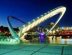 İngiltere.... Milenyum köprüsü ilginç bir şekilde dizayn edilmiş köprü