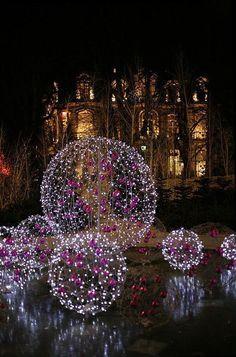DIY Deko Ideen - zu Weihnachten den Garten gestalten, leuchtende Weihnachtskugeln basteln, mit Lichterketten als Gartendeko