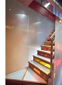 Backlit glass stairs  Tässä on ideaa, tosin valkoisella valolla