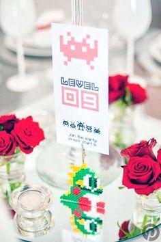 Indicadores de mesa para bodas con novios amantes de lo friki.