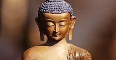 Qual é o significado das bandeiras de oração tibetanas?. Em busca da iluminação, os praticantes do budismo tibetano oram diretamente ao Buda. Eles recitam mantras, ou frases que se repetem em voz alta, a fim de purificar seus pensamentos. As bandeiras de oração são ferramentas para melhorar o carma, ou consciência, e desenvolver a compaixão para com todos os seres vivos.