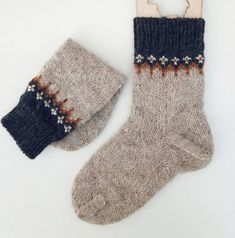 - Manual work - Manual work Always aspired to learn to knit, although undecided how to start? This particular Utter Beginner Knitting . Wool Socks, Knitting Socks, Hand Knitting, Knitting Designs, Knitting Projects, How To Purl Knit, Knitting For Beginners, Diy Clothes, Mittens