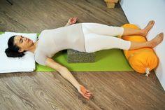 Setu Bandasana mit Rollenkissen und Schulterstandplatten