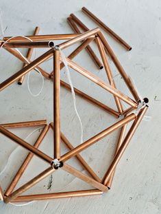 brittanyMakes, founded by Brittany Cramer, has made a great DIY project on how to create your own side table with a Himmeli base made out of copper pipe. Geometric Decor, Geometric Shapes, Karton Design, Pipe Lamp, Wooden Diy, Diy Furniture, Diy Home Decor, Diy And Crafts, Projects