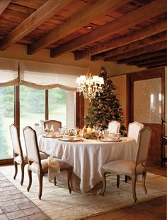 CANDLES, CHANDELIERS, CHRISTMAS, CHRISTMAS INSPIRATION, DECORATIONS, DINING ROOM, INTERIORS, TABLESCAPE