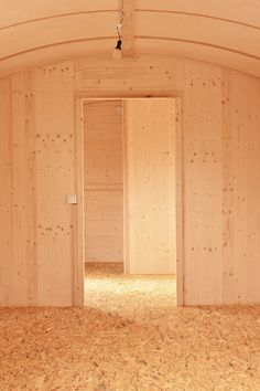 Auch auf kleinem Raum können ökologische Baumaterialien alle Möglichkeiten individueller Gestaltung mit den Anforderungen an gesunde Lebens- und Wohnbedingungen für den Menschen vereinen. Die natürlichen Materialien, aus denen unsere Aufbauten bestehen, tragen nicht nur maßgeblich zur Langlebigkeit der Konstruktion bei, sondern bieten auch ein Wohlbefinden im Innenraum. Wir freuen uns, Sie auf unserer Homepage begrüßen zu können. bauwagenwerk.de #bauwagen, #tinyhouse, #waldkindergartenwagen Garage Doors, Outdoor Decor, Home Decor, Construction Materials, Feel Better, Room Interior, People, Nature, Homes
