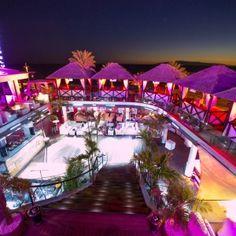 El Papagayo Beach Club de Tenerife es un buen restaurante en la playa durante el día y por la noche, uno de los lugares más conocidos por sus fiestas y djs.