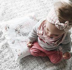 Ist das nicht eine süße Maus, die da mit ihrem ganz persönlichen Kissen kuschelt? 😍 Gibt es hier: www.omaMa-Shop.de/?utm_content=buffer3e00e&utm_medium=social&utm_source=pinterest.com&utm_campaign=buffer