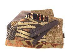 Ce sac réversible est une pièce unique. Côté Recto, ce sac associe une multitude de tissus tapissiers, dans des matières et de motifs variés, dans les tons marron, beige, noir, avec des petits détails brillants. Côté Verso, il permet une version tout en lin noir lamé de fils