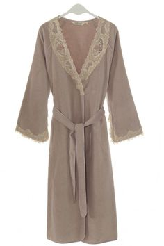 Francúzsky štýl dámskeho županu DESTAN je navrhnutý pre výrazné a asertívne ženy.