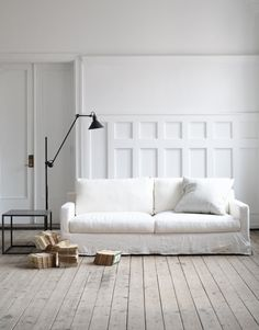 Pimpelwit : white couch - wooden floor - touches of black - interior inspiration