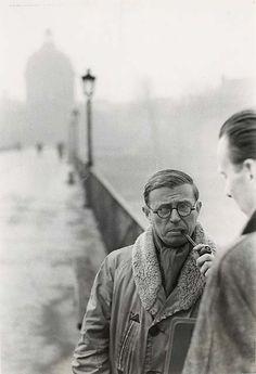 Une photo de Jean-Paul Sartre, l'écrivain de Huis Clos, sur le Pont des Arts à Paris en 1946.