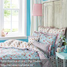 Babyblau und Türkis bilden das Farbkonzept dieses romantischen Schlafzimmers. Mit vielen Dekokissen gestaltet man das Bett noch romantischer und kuscheliger.- mehr auf www.roomido.com