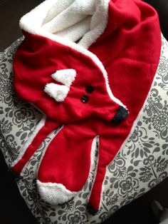 Winter Fashion Statements: DIY fleece fox scarf, ready in time for cold winter weather! Fleece Hats, Fleece Scarf, Fox Scarf, Baby Scarf, Fleece Projects, Diy Clothes Refashion, Do It Yourself Fashion, Diy Clothes Videos, Sewing Clothes